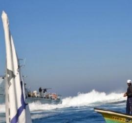 زوارق الاحتلال تهاجم مراكب الصيادين مقابل بحر شمال غزة