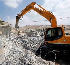 قوات الاحتلال تخطر بوقف البناء بمنزل في جيت شرق قلقيلية