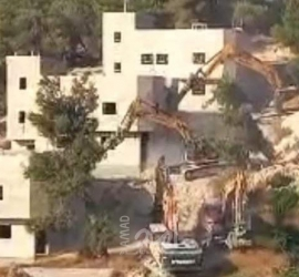 """جرافات جيش الاحتلال تهدم منازل لعائلة """"جرادات"""" شمال الخليل"""
