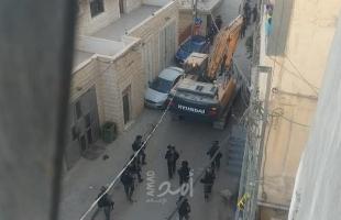 """بالفيديو والصور.. قوات الاحتلال تهدم منزل في """"شعفاط"""" بالقدس"""