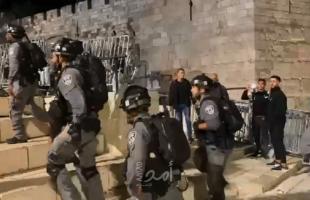 إصابات باقتحام شرطة الاحتلال المسجد الأقصى والاعتداء على المحتفلين في ساحاته- فيديو