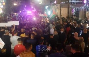 """رام الله: متظاهرون ضد تأجيل الانتخابات يهتفون """"الشعب يريد صندوق الاقتراع""""- صور وفيديو"""