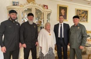 عباس يمنح والدة الرئيس الشيشاني وسامًا تقديرًَا لجهودها في مساعدة الشعب الفلسطيني