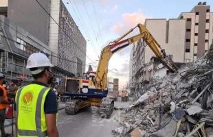 العمال المصريون يبدأون عملية إزالة ركام برج الشروق وسط قطاع غزة- فيديو