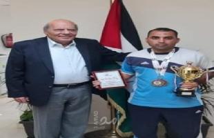 سفير دولة فلسطين في الأردن يستقبل العداء الفلسطيني سامي نتيل