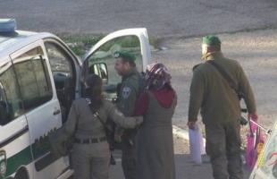 فيديو - قوات الاحتلال تعتقل فتاة بدعوى حيازتها سكين قرب المسجد الإبراهيمي