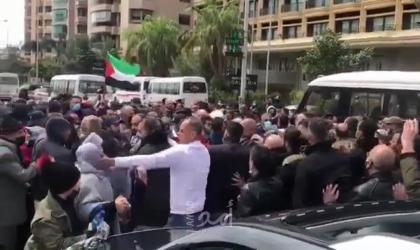 بالفيديو …  أمن السفارة الفلسطينية في بيروت يعتدي على اعتصام لاجئين من سوريا